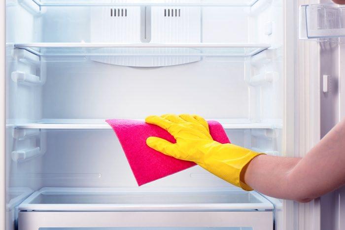 Мыть холодильник.