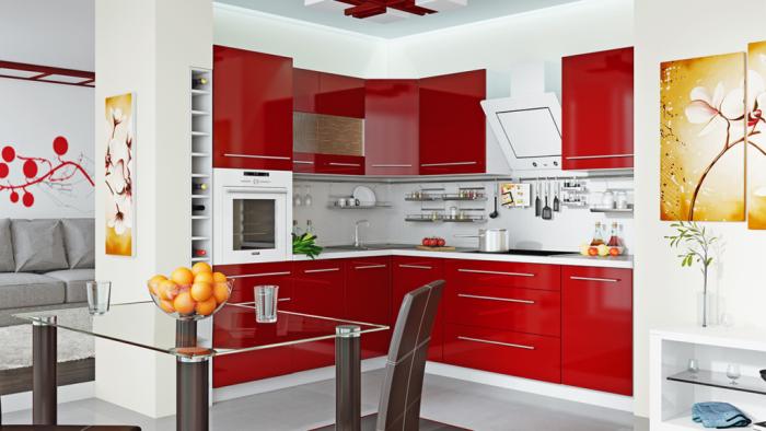 Красный глянцевый кухонный гарнитур.
