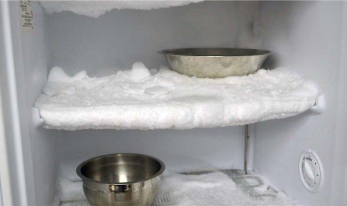 Лед в холодильнике.