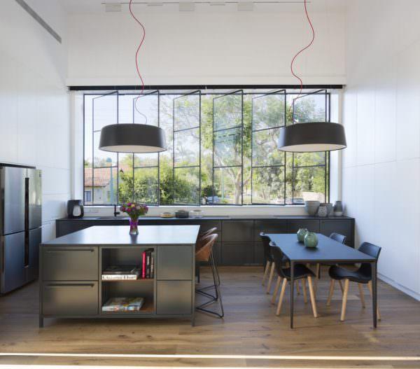 В больших помещениях можно установить большую столешницу возле окна