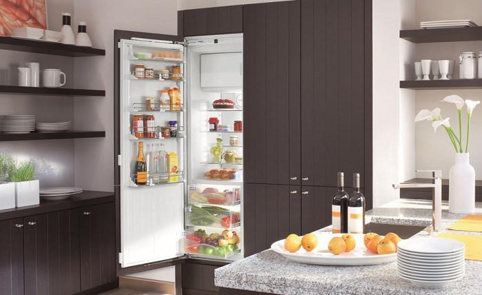холодильник на кухне.