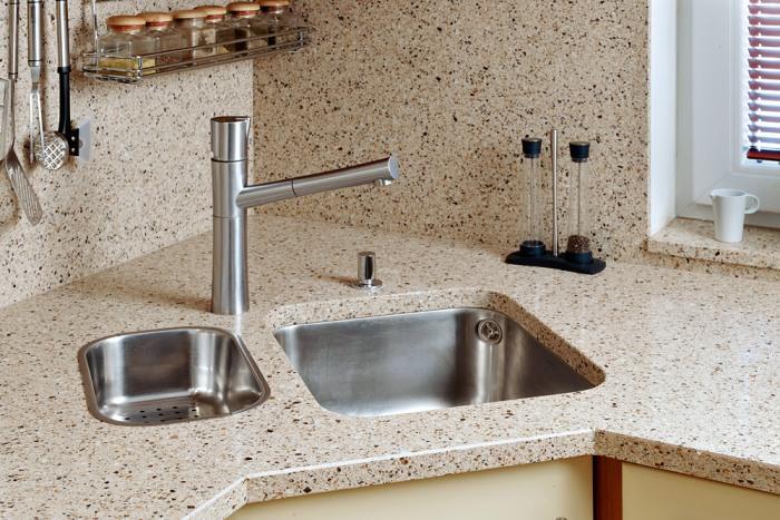 Кухонная столешница из керамогранита.