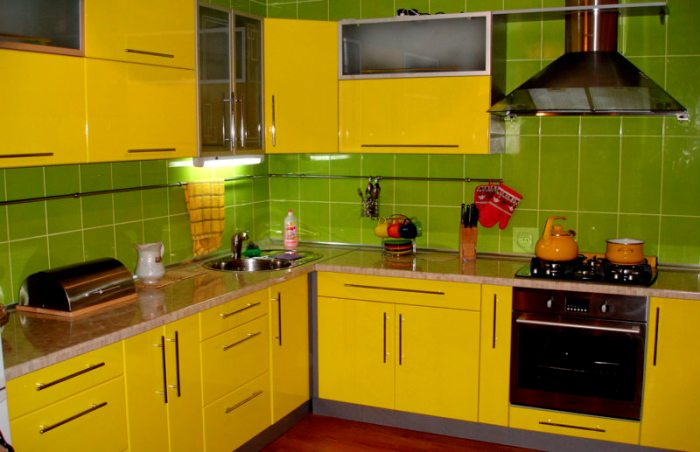 Кухня зелено-желтая.
