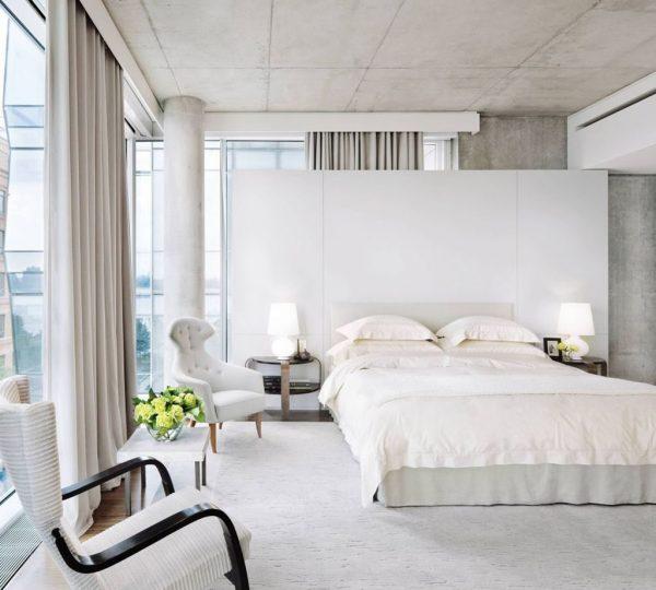 Белые шторы отлично смотрятся в стиле Лофт