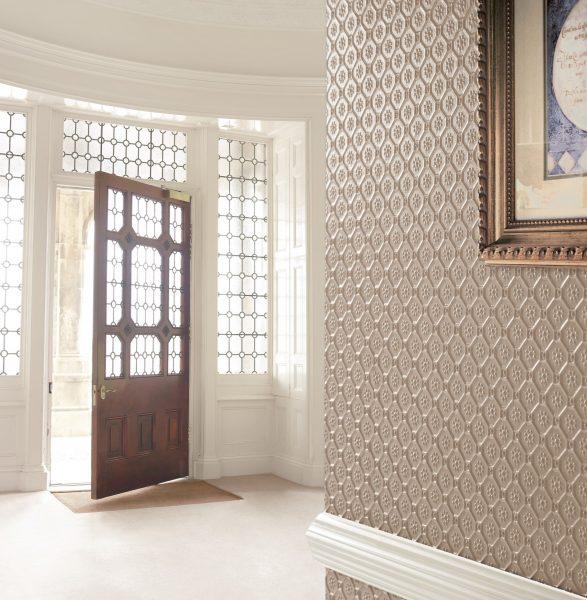 Дизайн коридора со стенами, покрытыми линкрустом