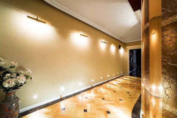 В узком коридоре освещение должно быть направлено на стены, а потолок нужно оставить без освещения