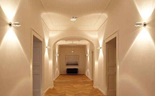 А вот если в помещении низкие потолки, то освещение нужно направить вверх.