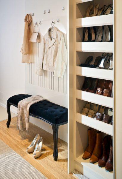Важно предусмотреть расположение ящика для обуви. Лучше выбрать высокие тумбы.