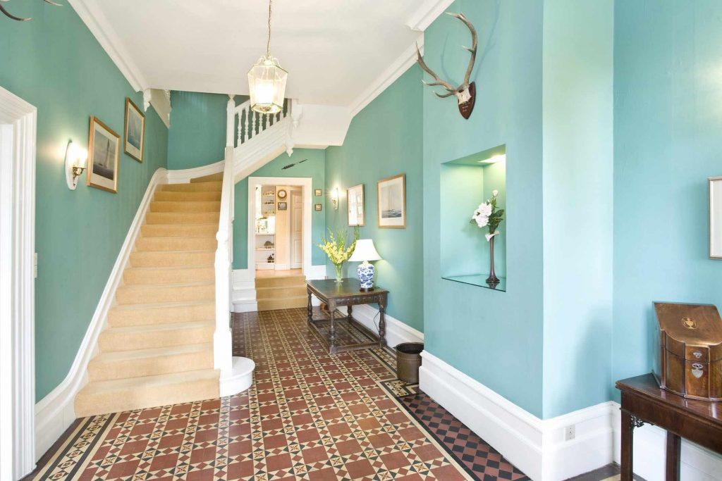 украсить стены покраска коридора в квартире фото популярных фильмов