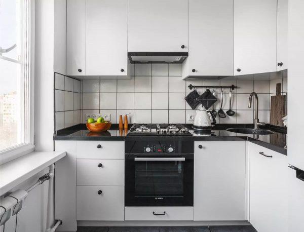 фасады занимают значимое место на кухне, дизайнеры рекомендуют выполнять их с лаконичностью в дизайне, форме и цвете.
