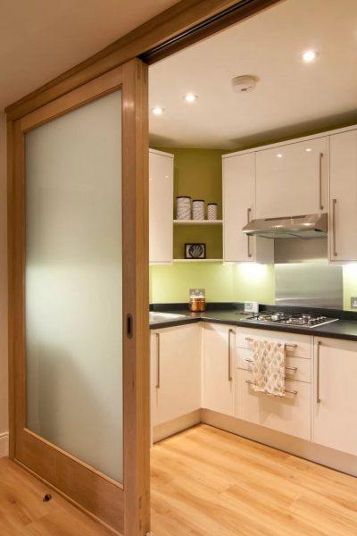 Раздвижные двери на маленькой кухне