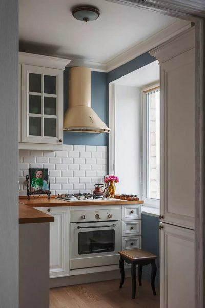 Необходимо установить вытяжку (желательно с максимальной мощностью). Она не даст различным запахам во время готовки распространиться по всей квартире.