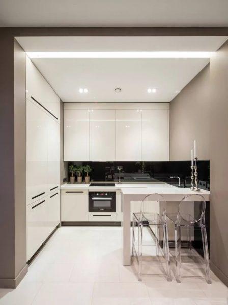 Дверь на маленькой кухне лучше демонтировать - это увеличит пространство