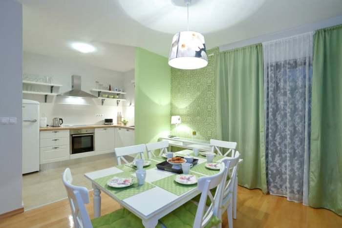 Светло-зеленая кухня.