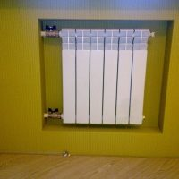 Радиатор под окном.