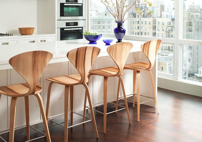 Деревянные дизайнерские стулья на кухне.