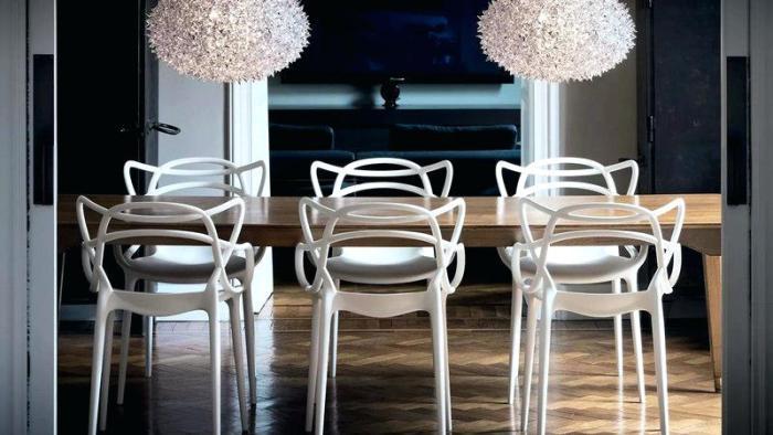 прозрачные стулья.