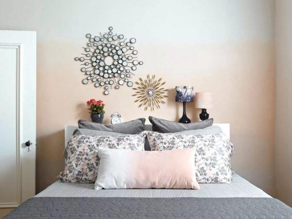 Градиент в качестве настенного покрытия для спальни лучше выбирать в более приглушенных расцветках.