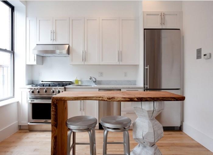 Установка холодильника на кухне.