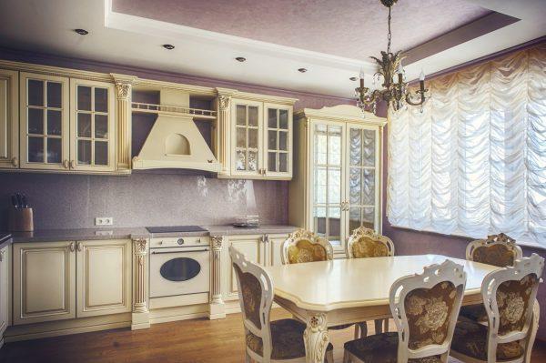Каскадные шторы на кухне в классическом стиле