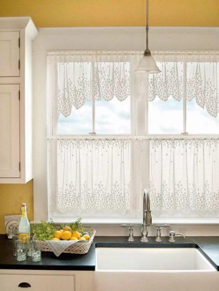 Для небольшой кухни лучше подбирать миниатюрные шторы