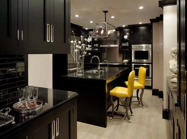 Актуально использовать темные отделочные материалы для оформления кухни. Глубокие оттенки поражают своей насыщенностью.