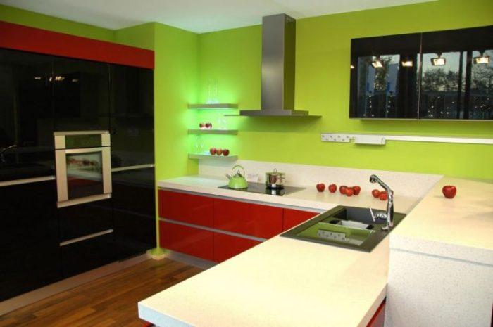 Зелено-красная кухня.