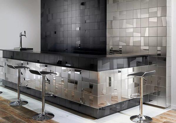 Металлические обои – интересное решение, которое отличается эстетическим внешним видом и экологичностью.