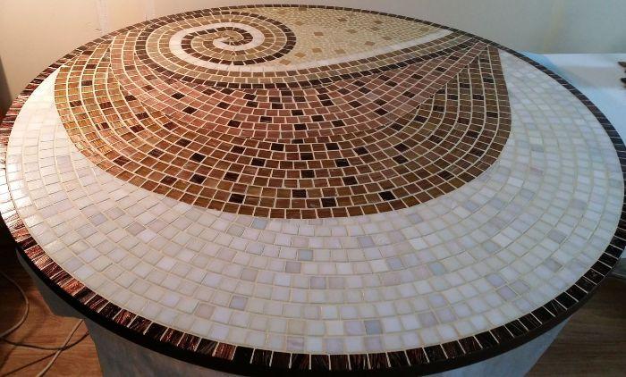 Мозаика на столе.