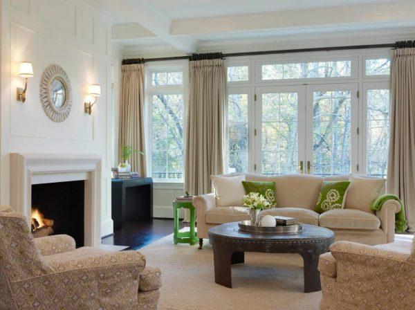Бежевые и песочные тона в цвете штор актуальны всегда и легко сочетаются практически со всеми цветами и стилями.
