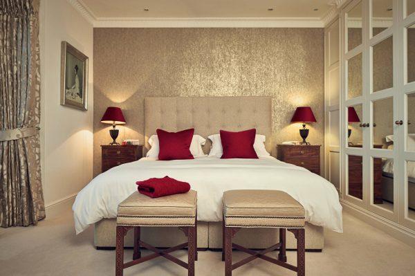 При выборе настенного покрытия для спальни, очень важно не только учитывать то, что сейчас актуально, но и смотреть, чтобы мебель гармонично вписывалась.