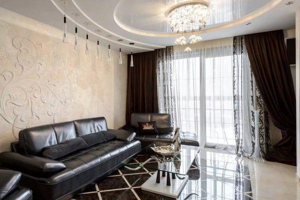 Портьеры представляют собой плотную ткань. Такой вариант можно сочетать с легкими занавесками или рулонными шторами.