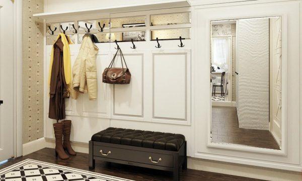Используя белый, можно зрительно расширить границы прихожей, особенно, если добавить небольшую деталь – большие зеркала.