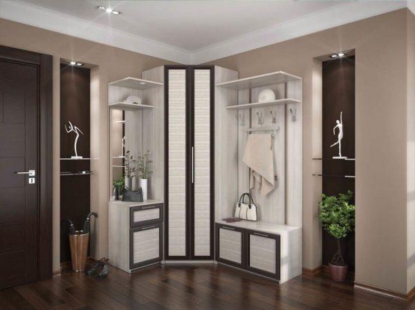 Оригинальности и креатива добавит прихожей несколько мелочей декора: подставка для зонтов, шторы на дверных проемах