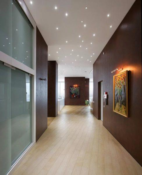 Подвесные или натяжные потолки являются идеальным вариантом для коридора.