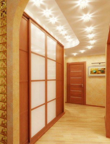 Если у комнаты низкий потолок, есть возможность его визуально сделать выше.