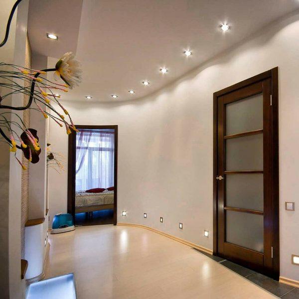 Матовый потолок – стильное решение, которое придется по вкусу ценителям оригинальности.