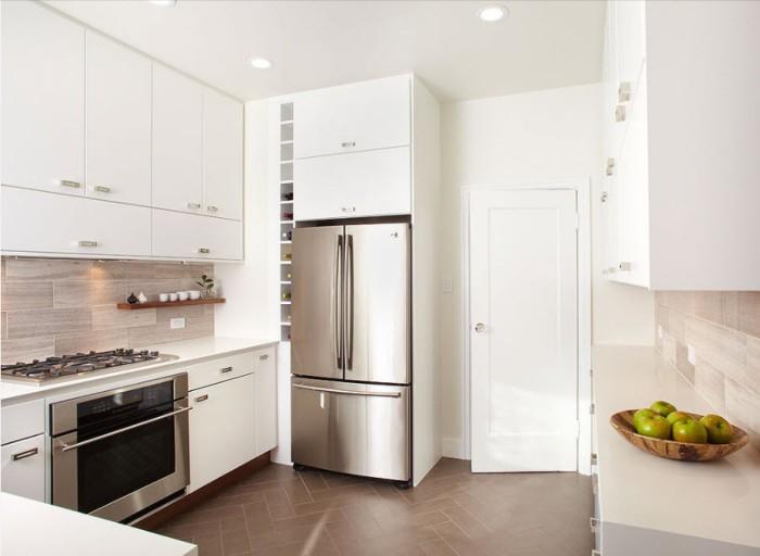 Двухдверный холодильник на кухне.