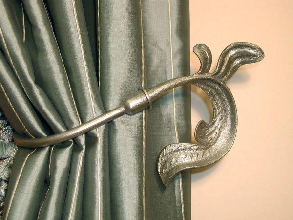 К примеру, встречаются крюки, имитирующие виноградную лозу или листочки.