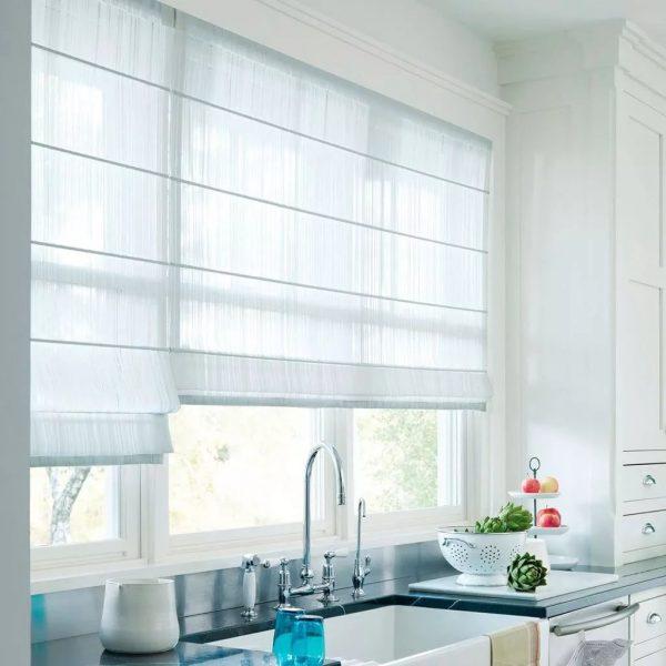 Если необходимо закрыть окно от посторонних глаз, то целесообразных будет использование рулонных штор.