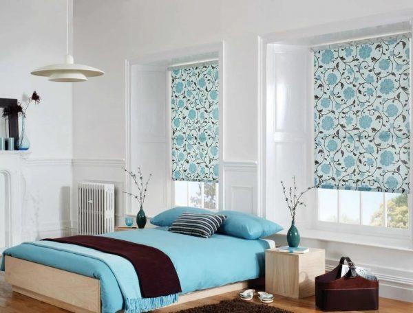 Это один из удобных видов, в котором ткань наматывается на валик. Уровень открытия окна легко регулировать с помощью специальной ленточки.