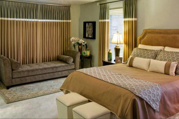 Правильно подобранные занавески позволят чувствовать себя в спальне уединенно и комфортно.