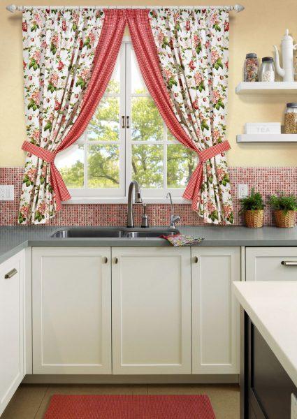 Ситцевые шторы в интерьере кухни 2019