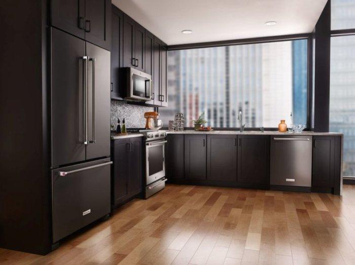 Холодильник в большой кухне.