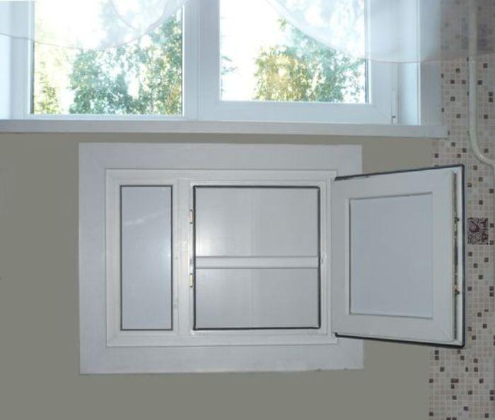 Холодильник в нише на кухне.