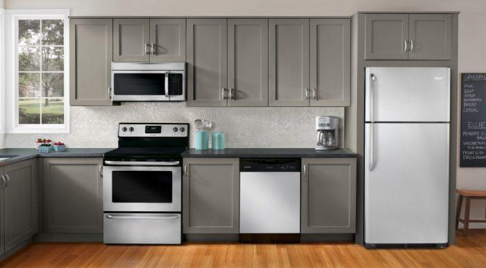 Холодильник в маленькой кухне.