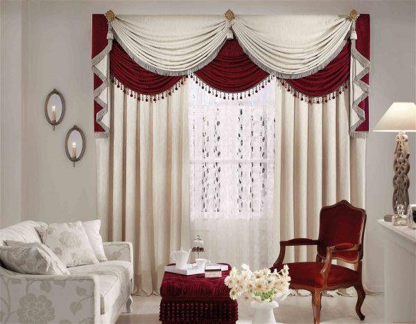Окно можно сделать главным элементом интерьера, если выбрать яркое оформление. Лучше, если ткань не будет однотонной и будет сочетаться с другим текстилем и аксессуарами.
