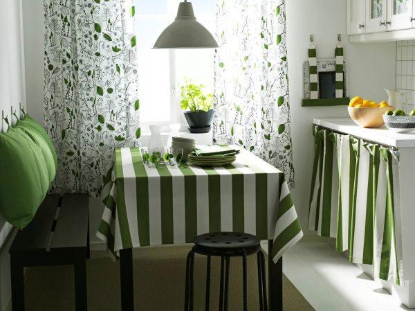 более гармоничной кухня будет выглядеть, если под цвет подобрать скатерть и салфетки.