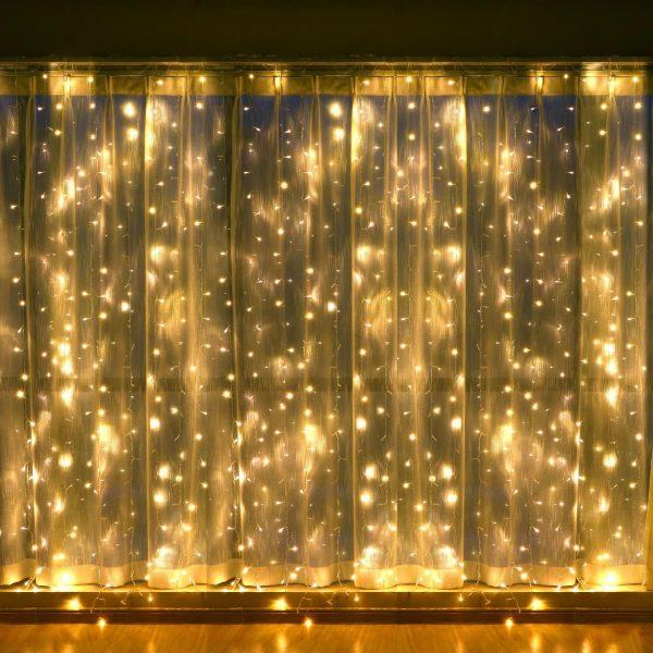 При помощи гирлянд и прозрачной тюли можно создать праздничную обстановку. При использовании электрических приборов. Ни в коем случае не оставляйте их включенными в ваше отсутствие.