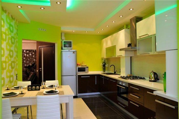 Кухня с зелеными обоями.